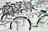 Vélos recouverts d'une couverture de neige, hiver en finlande — Photo