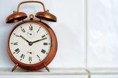 炉棚にヴィンテージ銅目覚まし時計 — ストック写真