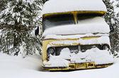 冬天积雪覆盖的旧 vinage 巴士 — 图库照片