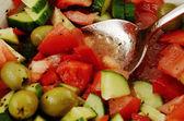 Fresh summery salad of fresh olives and tomatos — Stock Photo