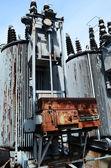 Vieja subestación transformadora oxidado — Foto de Stock