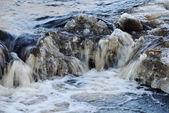 Cascada, espuma y salpicaduras de las olas de un río — Foto de Stock