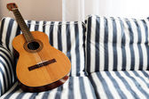 Guitare acoustique sur un canapé — Photo