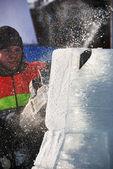 PETROZAVODSK, RUSSIA, FEBRUARY 15: artist is cutting iceblock w — Stockfoto