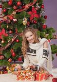 Mädchen in der nähe von weihnachtsbaum — Stockfoto