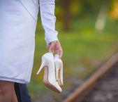 花嫁の靴を保持 — ストック写真