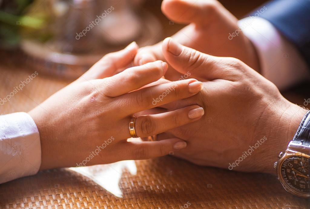 Hand of the groom and the bride with wedding rings — Stock Photo #18722363