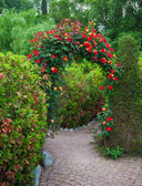 Rose Arch in English Country Garden — Stock Photo