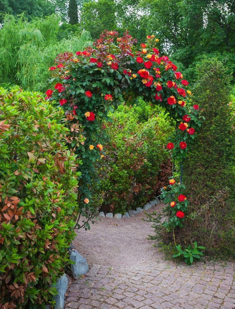 Arco rosa nel giardino di campagna inglese foto stock - Giardini country ...