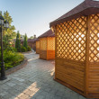 Gazebo in landscaped garden — Foto Stock