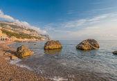 Beach between rocks and sea. Black Sea, Ukraine. — Stockfoto