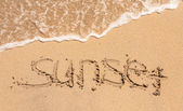 Закат слова, написанные на песке — Стоковое фото