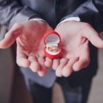 anel de noivado ou presente nas mãos — Fotografia Stock  #43744459