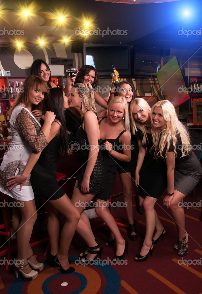 красивая девушка в чулках в ночном клубе