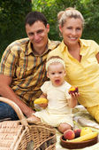 Gelukkige familie picknicken buitenshuis — Stockfoto