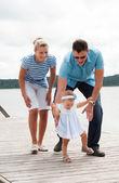 Gelukkige familie aan de rivieroever — Stockfoto