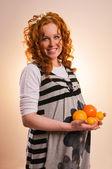 美丽的孕妇控股水果 — 图库照片