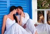 Romantica giovane coppia in casa spiaggia tropicale — Foto Stock