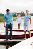 Nehir kıyısında mutlu bir aile — Stok fotoğraf