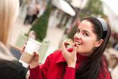 Dvě mladé ženy společně s přestávka na kávu — Stock fotografie