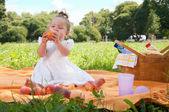 Adorable little girl on picnic in the beauty park — Foto de Stock