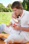 公園で娘と若い幸せな父 — ストック写真