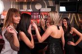 楽しい夜のクラブで女の子の会社 — ストック写真