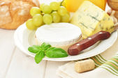 Cheese and grapes — 图库照片