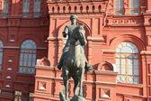 Historiska museet och staty — Stockfoto