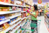 Femme, vérifier l'étiquetage des denrées alimentaires — Photo