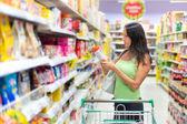 Frau, die überprüfung der etikettierung von lebensmitteln — Stockfoto