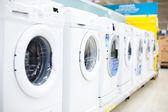 Süpermarkette çamaşır makinesi — Stok fotoğraf