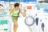 Femme, achat d'une machine à laver — Photo