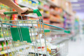 Zákaznici nakupování v supermarketu s vozíkem — Stock fotografie