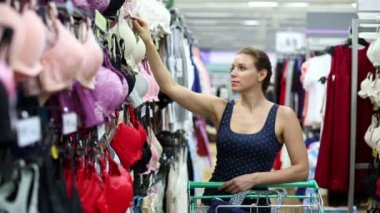 Woman buying a bra — Stock Video