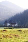 Hus bland bergen — Stockfoto