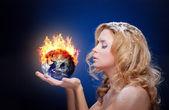 Gefrorene mädchen mit brennenden erdkugel — Stockfoto