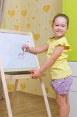Flicka ritar en markör på whiteboard — Stockfoto