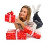 Jovem sorridente com caixas de presente — Foto Stock