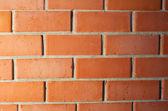 červená cihlová zeď s přechodem světlem — Stock fotografie