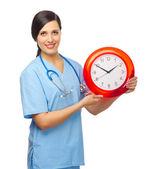 Leende läkare med klocka — Stockfoto