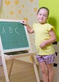 黑板上的小女孩 — 图库照片