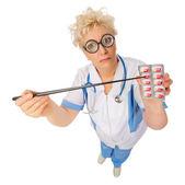 Roliga läkare med pekaren och piller — Stockfoto