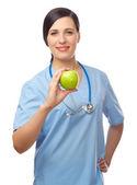 Läkare med grönt äpple — Stockfoto