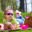 Foto Stock: Little girl eating grapes at picnic