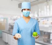 Doktor ilaç ve elma ile — Stok fotoğraf