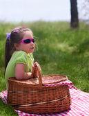 Menina com cesta de piquenique — Foto Stock