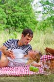 Jong koppel op picknick — Stockfoto