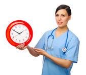 Jeune médecin avec horloge — Photo