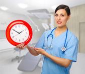 Médecin avec horloge — Photo